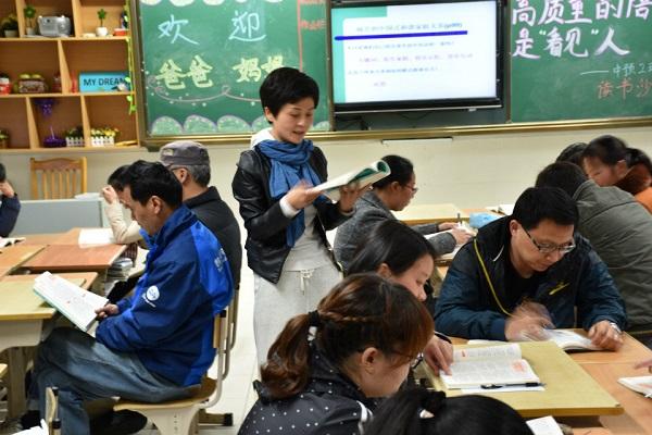 """浦江一中举办读书沙龙活动,与家长们一起探讨科学的""""育儿经""""(校方供图) - 万能看图王.jpg"""