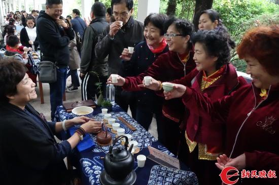 饮茶的市民乐呵呵-胡晓芒.JPG