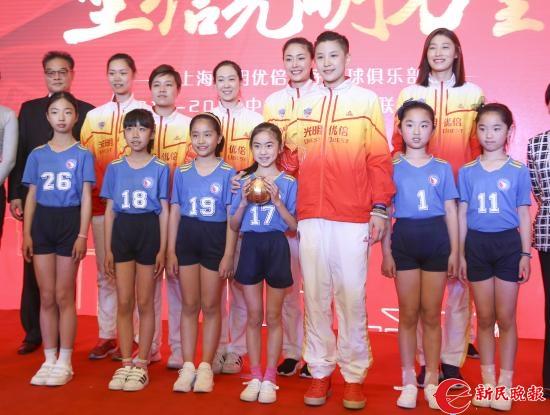 张磊代表上海女排赠送小运动员礼物-李铭珅.JPG