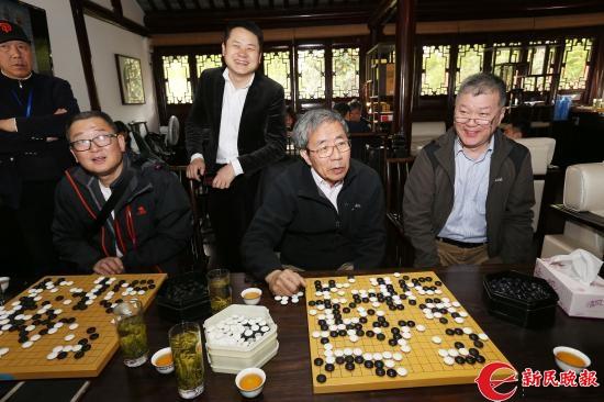 华以刚(右二)九段在研究棋局-周国强.JPG