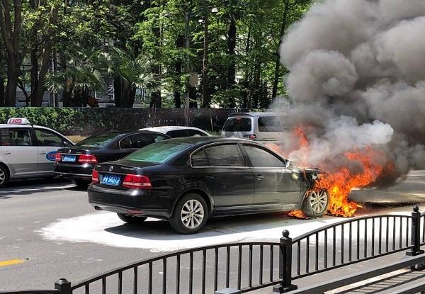 图说:事发时,车辆熊熊燃烧.jpg