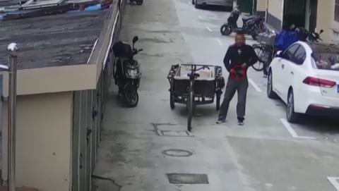 男子顺走钱包藏裤裆 丑态被监控全记录