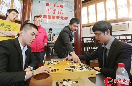 常昊(中)在与两位棋手复盘-周国强.JPG