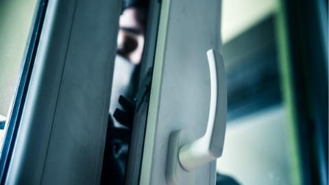 小偷入室偷钱后睡大觉 被主人关进厕所成瓮中之鳖