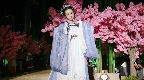 """太美了!首届""""中国华服日""""让传统服饰文化走进现代日常生活"""