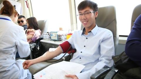 爱心献血车开进迪士尼 百名爱心人士献血