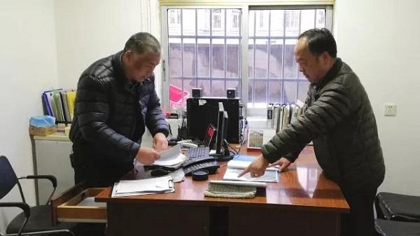 1赵凤洲(右)在工作中.jpg