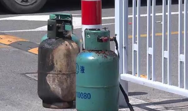 消防战士拎出的液化气钢瓶.jpg