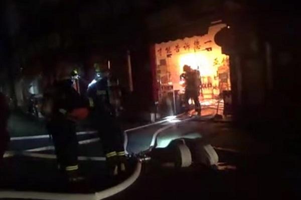 消防战士赶赴火灾现场处置.jpg