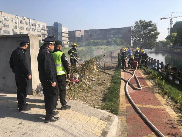 消防队员随后赶赴现场处置.jpg