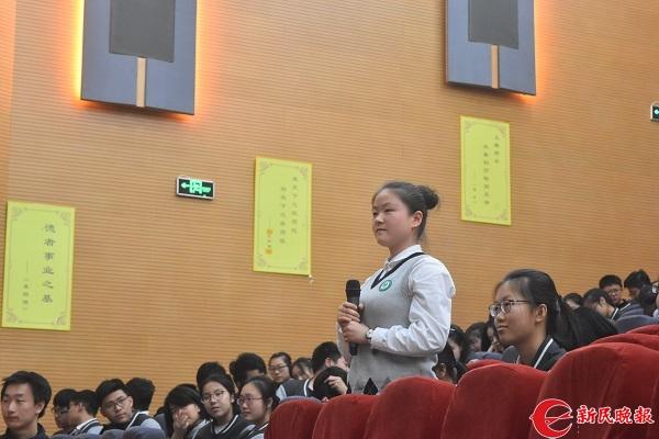 图说:学生积极提问 来源:新民晚报见习记者 郜阳 摄.JPG