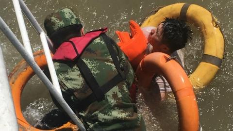浦东外高桥水域突发沉船事故 2名船员被海警成功救起