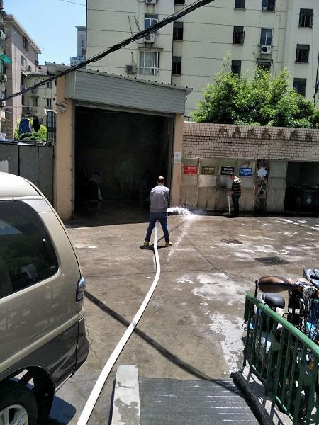 清运完垃圾后,工作人员清洗消毒现场,避免滋生病菌.jpg
