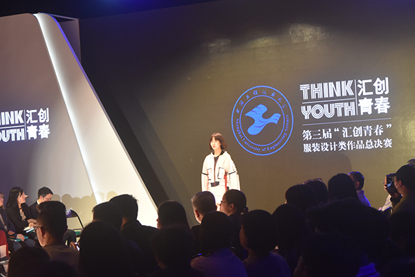图说:大学生通过T台秀展示设计的服装 来源:新民晚报见习记者 郜阳 摄.JPG