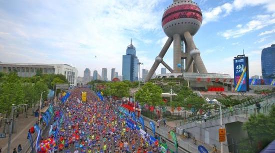 上海国际半程马拉松上午火热开跑 听参与者讲跑步的故事