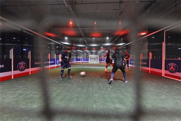 足球中心拥有几片顶级人造草皮的球场.jpg