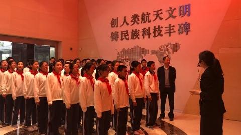 上海航天庆祝中国航天日 中小学生参观运载火箭总装厂房