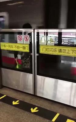 女子被卡在屏蔽门和地铁车厢中间,列车呼啸而过,十分危险.png