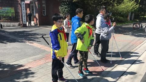 虹桥路上的盲校孩子每周这样练习独立出行