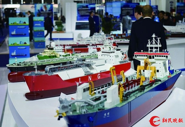 海事博览会上中国船舶工业集团公司展台展示各类工业船舶模型.jpg