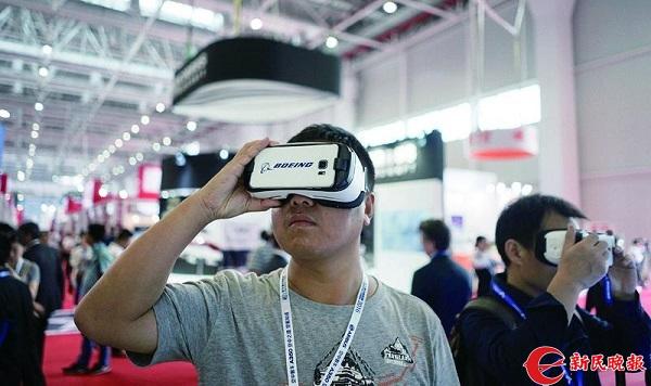 VR等交互技术成为展会上吸引参观者的利器.jpg