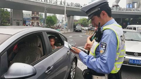 轿车多坐一个小孩不算超载?浦东交警假期严查小陆家嘴客车超员行为