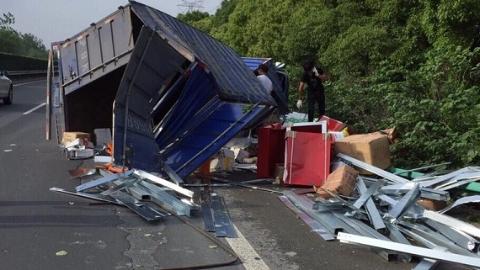 今晨沪芦高速一货车与吊车相撞 货车侧翻箱体散架