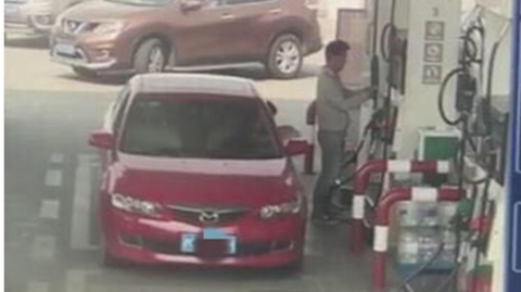 男子加油站内私灌汽油被松江警方行政拘留