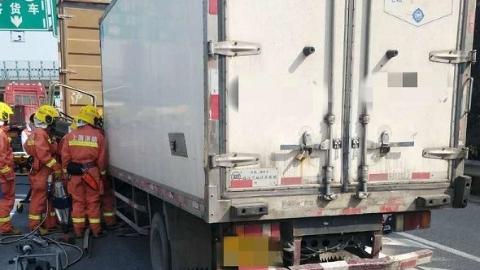 G15沈海高速俩货车追尾 司机被卡驾驶室内获救