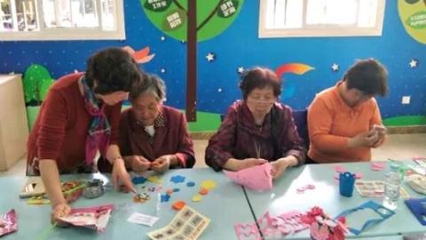 """正能量丨""""媛手纺织情""""团队:从纺织厂退休女工到公益礼品制作者"""