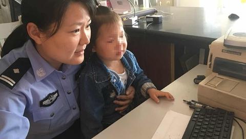 """3岁""""小月饼""""随妈妈购物时走失 警察蜀黍爱心接力帮她找妈妈"""