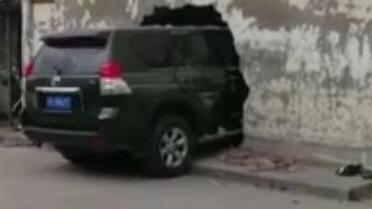 奉贤一轿车径直撞上民宅 墙壁留下一大窟窿