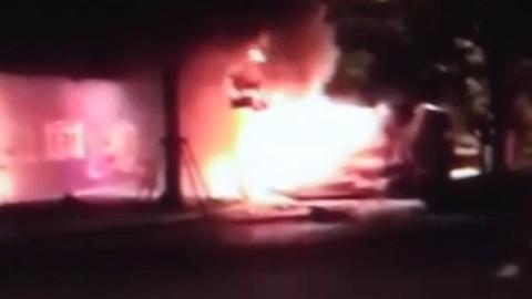 淀山湖大道一轿车侧翻起火 肇事司机涉嫌酒驾