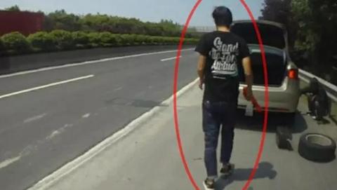 警察好心帮助换胎 不料司机竟是无证驾驶