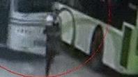 惨剧!公交车枢纽站内大幅掉头,竟撞死怀抱婴儿的妇女!孩子幸免于难