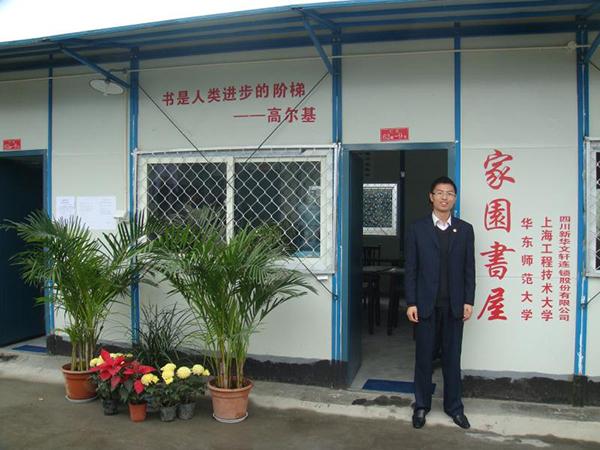 图说:崔开昌在安置点图书室前 来源:上海工程技术大学.jpg