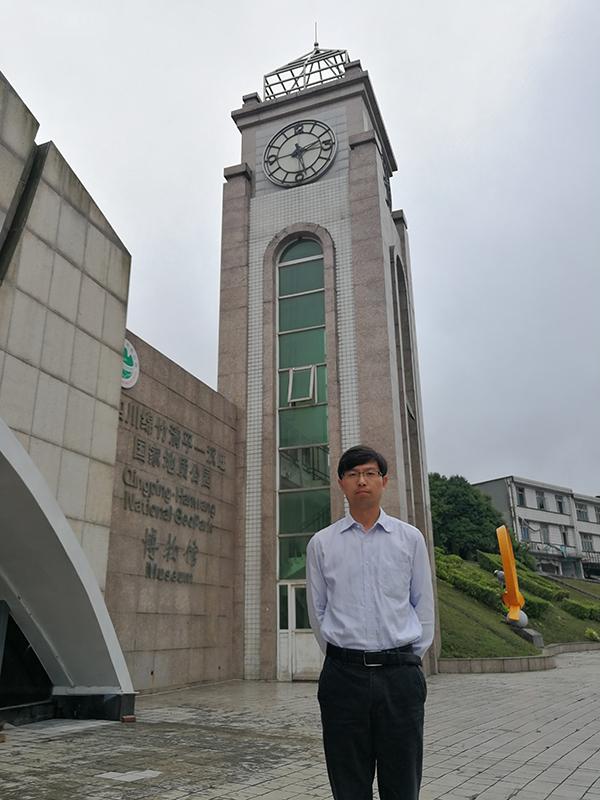 图说:崔开昌重回故地 来源:上海工程技术大学.jpg