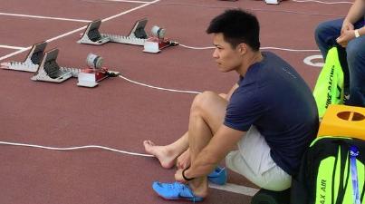 目击苏炳添赛前适应场地:两款跑鞋来回试 一个心愿再破十