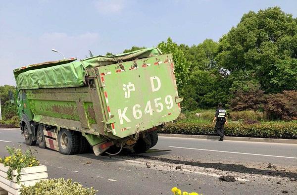 青浦盈港东路路面下陷深达一米 土方车经过轮胎也没了