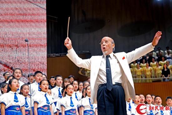 昨晚,96高龄的曹鹏在上海之春——纪念改革开放40周年的合唱音乐会上,他充满激昂的热情指挥全场观众高唱《在希望的田野上》-郭新洋.jpg