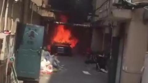 奥迪车突发自燃 小区通道一时火光冲天黑烟滚滚