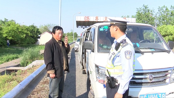限定6人载17人 超员面包车司机被处罚[09-48-07].JPG