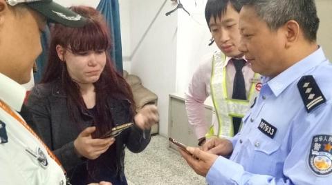 俄罗斯姑娘丢失手机 见到轨交民警后喜极而泣