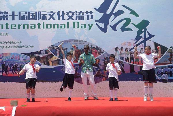 学军搭起临港舞台,小学文化交流节展五洲风情国际国际塘转图片