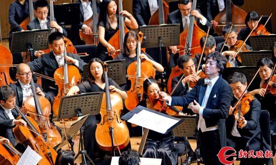 充满激情的张亮在指挥上海爱乐乐团演奏龚天鹏的原创交响新作《京剧幻想》-郭新洋.jpg