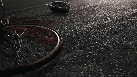 大巴撞击电瓶车 骑车老伯身受重伤