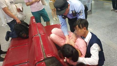 上海好心人 轨交11号线乘客突发癫痫症 幸好有他们救助