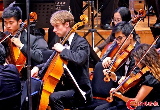 中英联合乐队在演奏交响幻想曲《炎黄颂》-郭新洋.jpg