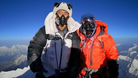 上海特警登顶珠峰之巅:零下30度,他身着制服 ,唱响《歌唱祖国》