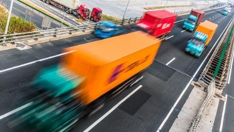 货车载物超高撞击跨线桥 幸无人员伤亡
